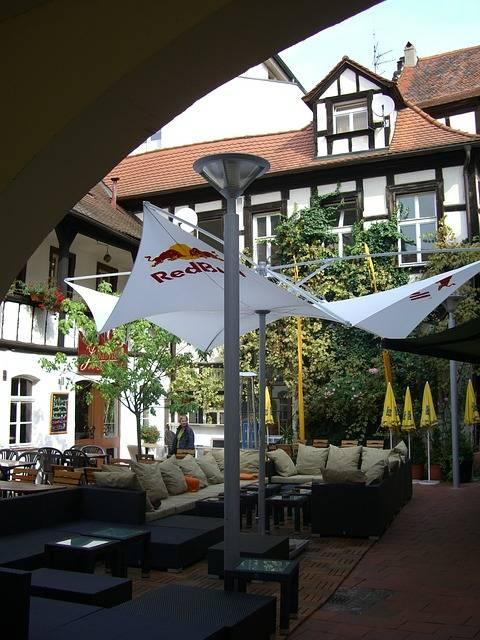 toile d'ombrage sur la terrasse d'un restaurant